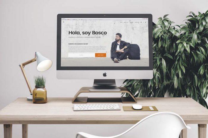 Mesa de escritorio y ordenador mostrando mi web