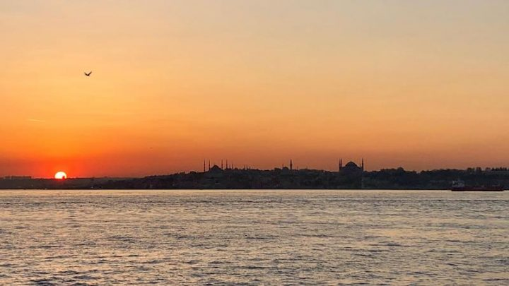 Puesta de sol del centro histórico de Estambul desde Kadıköy, al otro lado del Bósforo
