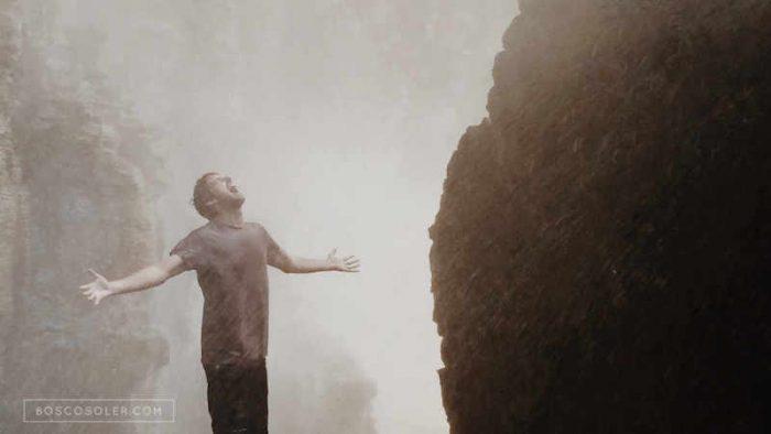 Bosco Soler en el interior de una cascada a las afueras de Dalat, Vietnam