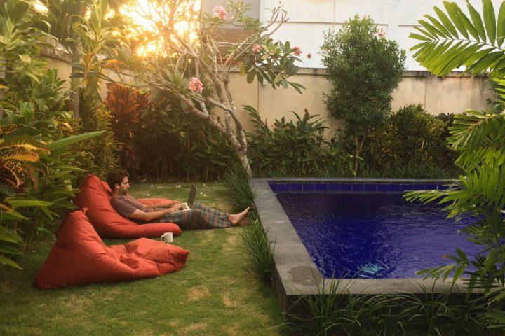 Bosco Soler trabajando en una piscina de Bali, Indonesia