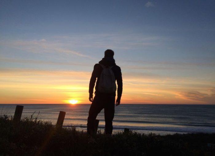 Bosco Soler viendo amanecer en Cabo Este, Gisborne, Nueva Zelanda