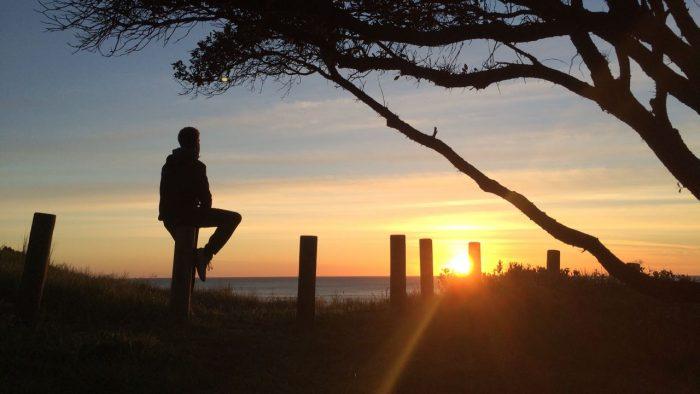 Bosco Soler contemplando el amanecer desde Cabo Este, Nueva Zelanda