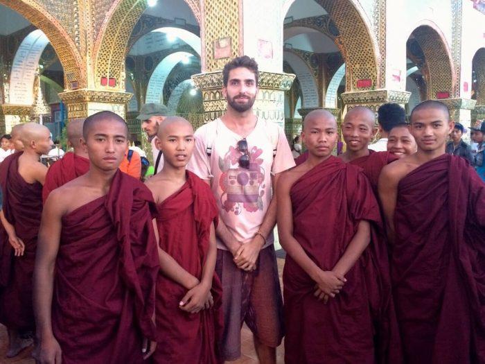 Bosco Soler y unos monjes budistas en un templo de Mandalay.