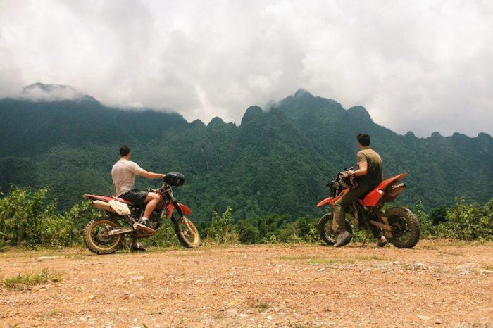 Bosco Soler explorando los alrededores de Vang Vieng, Laos, en moto.