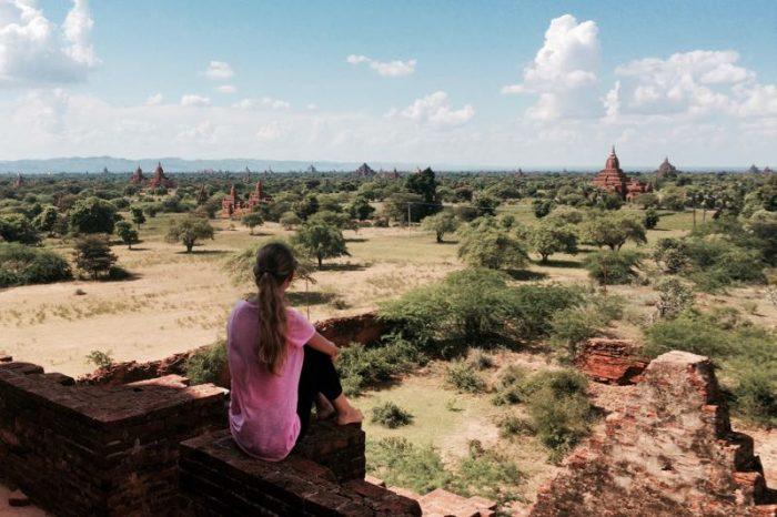 Mi amiga Dalia observando los templos de la región de Bagan, en Birmania