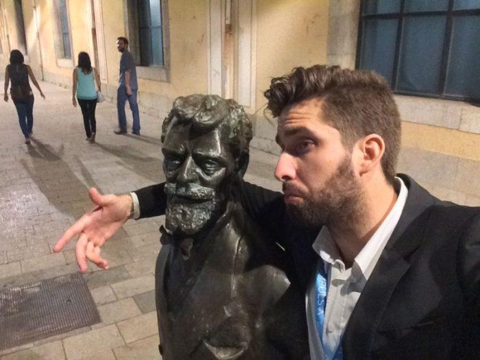 Hablando con una estatua en Gerona