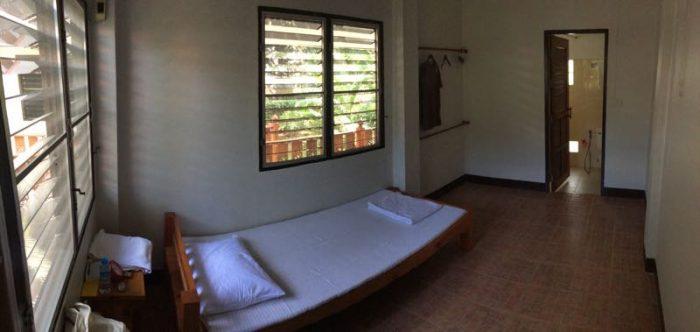 Mi habitación en el templo de meditación Vipassana de Tailandia