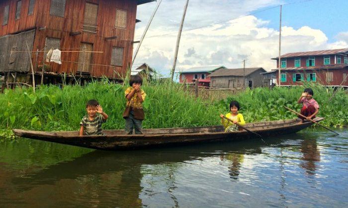 Niños birmanos nos saludan en el Lago Inle, Birmania.