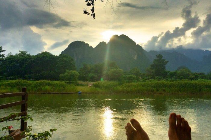 Disfrutando de un espectacular atardecer en Vang Vieng, Laos.